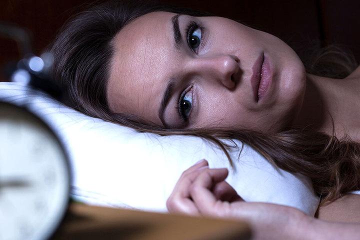 Schlaflose Nächte, wenn der Partner nicht heimkommt. Kann eine junge Frau mit einer ungewöhnlichen Methode ihre Beziehung retten?