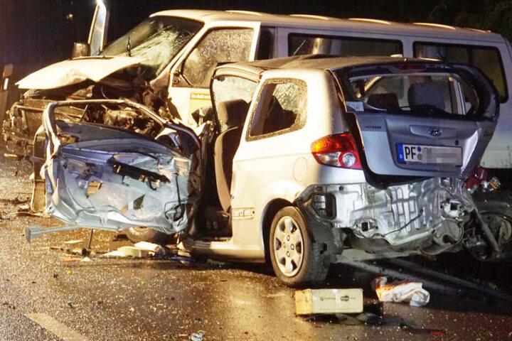 Nach dem Crash waren die beiden Autos komplett zerstört.