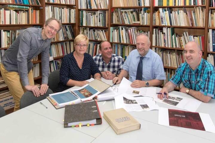 Kulturamtsleiter Michael Löffler (2.v.r.) vollendet mit seinem Team gerade den dritten Band der neuen Stadtchronik.