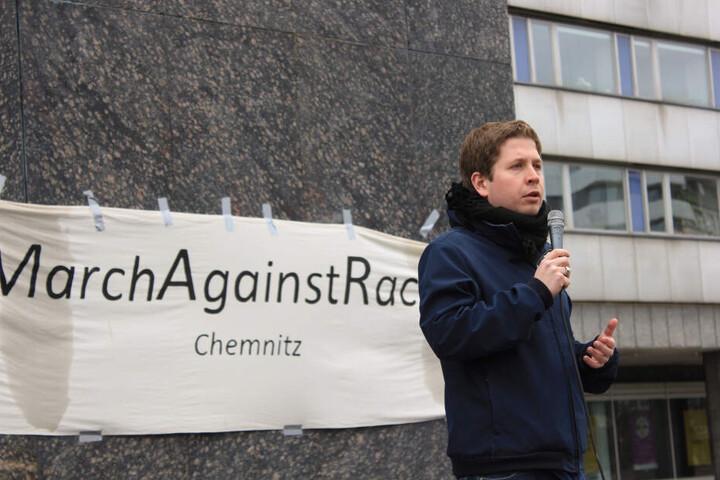 """Der Juso-Vorsitzende Kevin Kühnert spricht bei der Demonstration """"March Against Racism"""" am internationalen Aktionstag gegen Rassismus."""