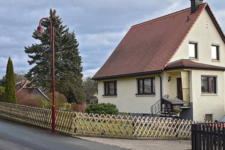 Heute ist am Unfallort alles wieder hergerichtet: Der Lichtmast wurde ausgetauscht, der ramponierte Zaun ersetzt.