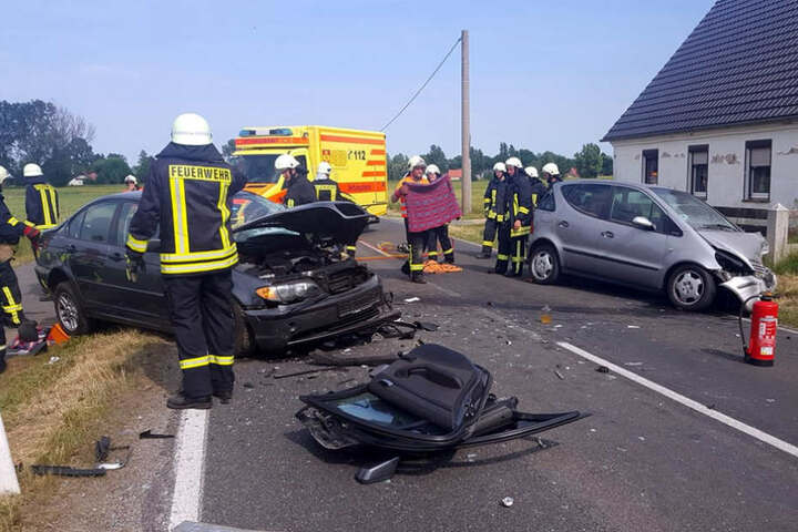 Die Fahrer sollen sich schwer verletzt haben.