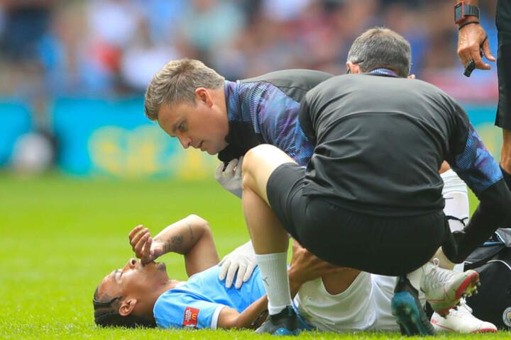 Der Moment, der den Transfer zum FC Bayern im Sommer 2019 platzen ließ. Leroy Sané liegt verletzt auf dem Rasen. Später wird bei ihm ein Kreuzbandriss diagnostiziert.