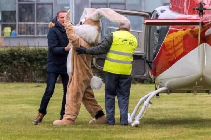 Mal etwas anderes: Der Osterhase kam nicht angehoppelt, sondern mit dem Hubschrauber.