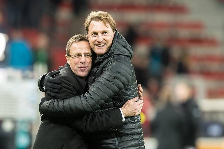 Kuschelstimmung bei den Leipzigern: Ralf Rangnick und Trainer Ralph Hasenhüttl freuten sich über den 2:0-Sieg über Berlin am Samstag.