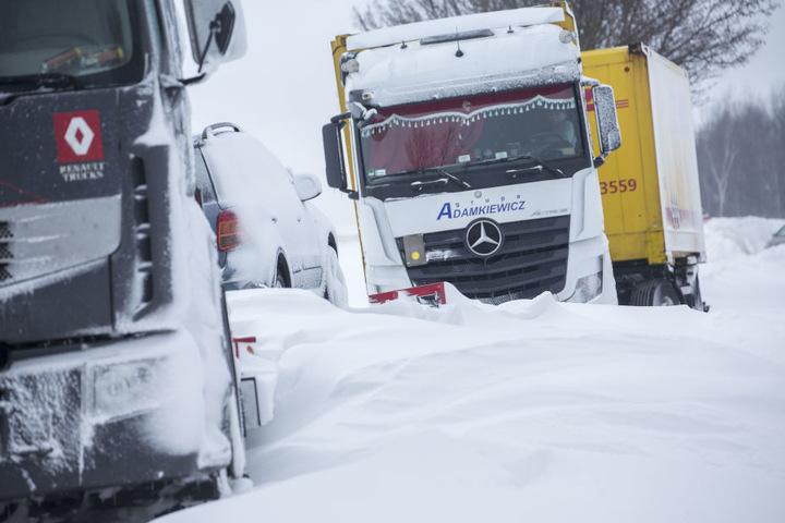 Meterhohe Schneewehen und eingewehte LKW B 174 bei Großolbersdorf auf einem Rastplatz.