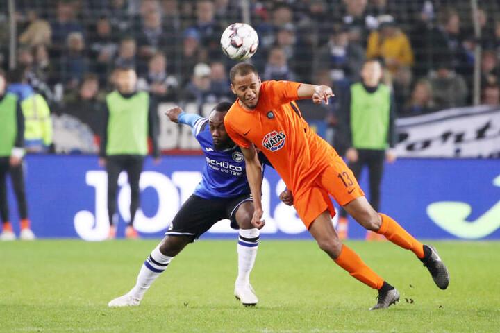 Louis Samson behauptet (r.) den Ball gegen die Auerbacher Marcel Schlosser (l.) und Thomas Stock. Der Test im Vogtland war sein erstes Spiel seit seinem Fußbruch.