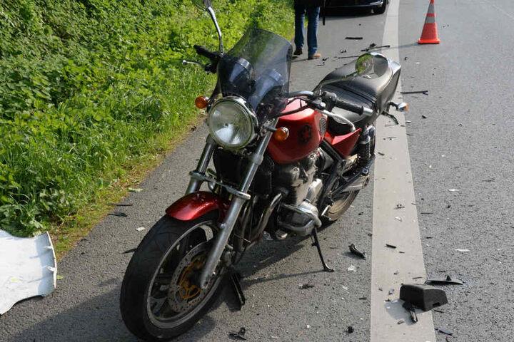 Der Motorradfahrer konnte gerade noch ausweichen, sprang von seinem Bike und wurde dabei verletzt.