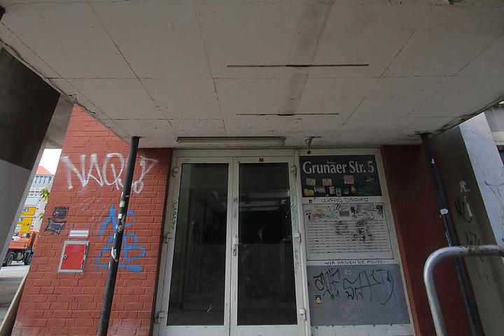 Einst der Stolz der DDR-Bonzen, gammelt der Platten-Riese am Pirnaischen Platz nur noch vor sich dahin.