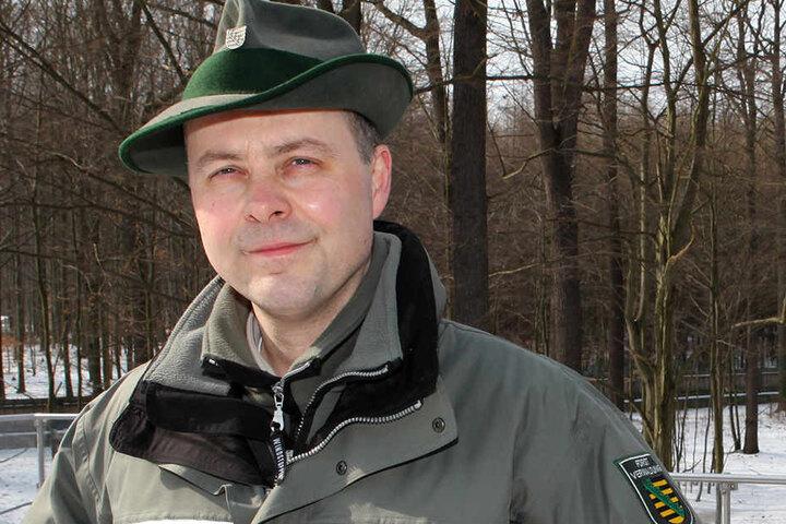 Markus Biernath (51) vom Staatsbetrieb Sachsenforst leitet den Forstbezirk Dresden, zu dem das Wildgehege Moritzburg gehört.