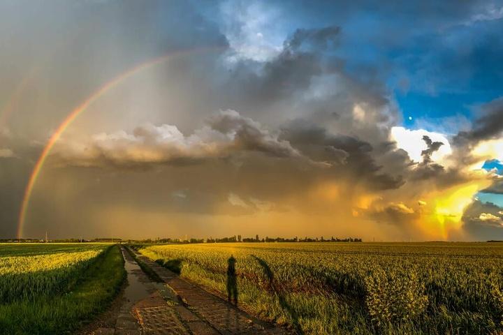 Nach dem Regen kommt der Sonnenschein: Auf die Unwetterwolken folgte ein Regenbogen.
