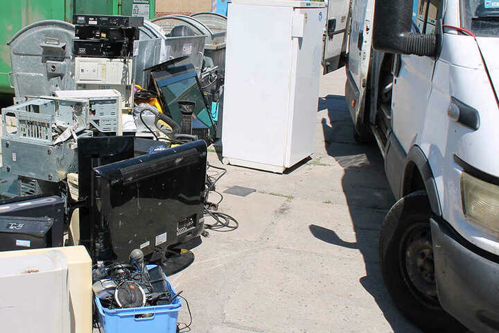 Der Iveco-Fahrer hatte jede Menge Schrott, darunter auch einen Kühlschrank geladen.