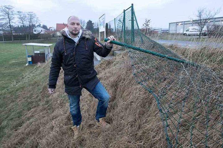 Durch diesen Zaun brachen die Vandalen zum Sportverein durch.
