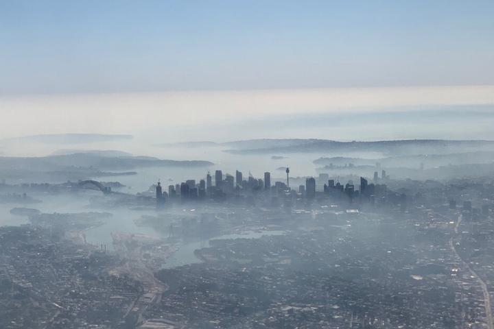 Die Millionenmetropole umhüllt von einem Rauchschleier.