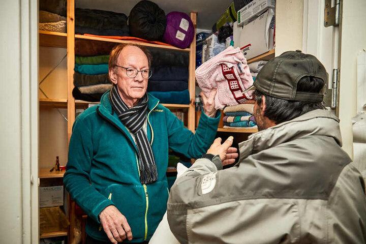 Gerd Grabowski (72) teilt Schlafsäcke und Handtücher aus. Er ist Sprecher aller Nacht-Cafés, leitet das der Zionskirche.