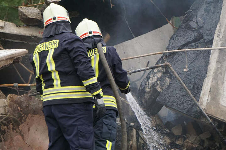 Die Kameraden der Feuerwehr mussten zweimal zu der explodierten Baracke  ausrücken.