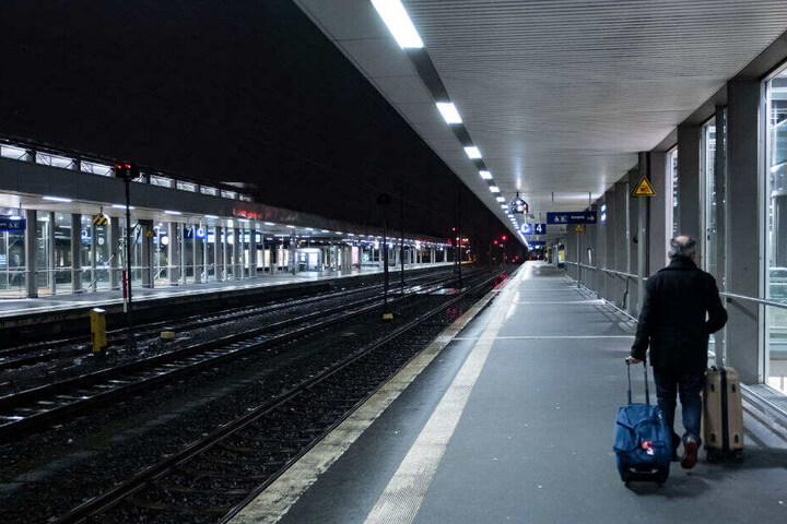 Ein Reisender wartet mit seinem Gepäck auf dem Hauptbahnhof in Hannover.