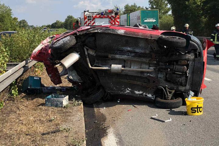 Eines der Unfallfahrzeuge blieb nach dem schweren Crash auf der Fahrerseite liegen.