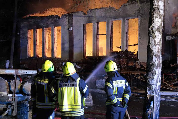 Die Feuerwehr ließ das Gebäude kontrolliert niederbrennen.