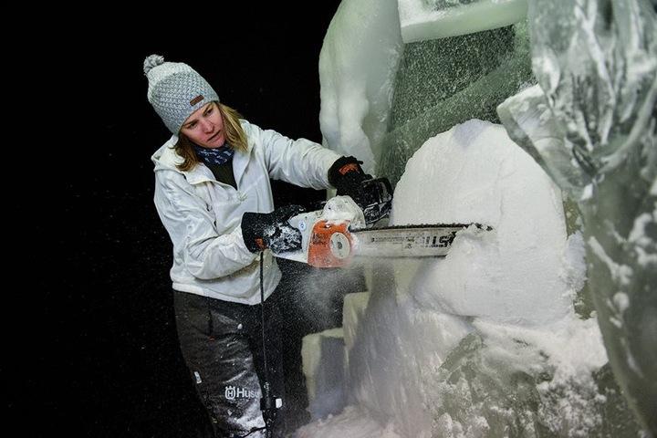 Seit 1999 lebt Charlotte Koster von der Skulpturenkunst. Im Sommer arbeitet sie mit Sand.