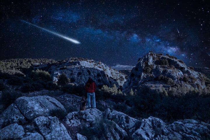 Weit weg von der Stadt, wo wenig Lichtverschmutzung ist, kann man die Quadrantiden-Sternschnuppen besser sehen.