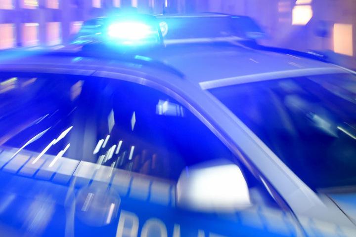 Zahlreiche Einsatzkräfte von Polizei und Feuerwehr sind vor Ort.