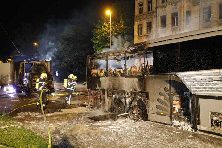 Auch ein Lkw hinter dem Bus fing Feuer.