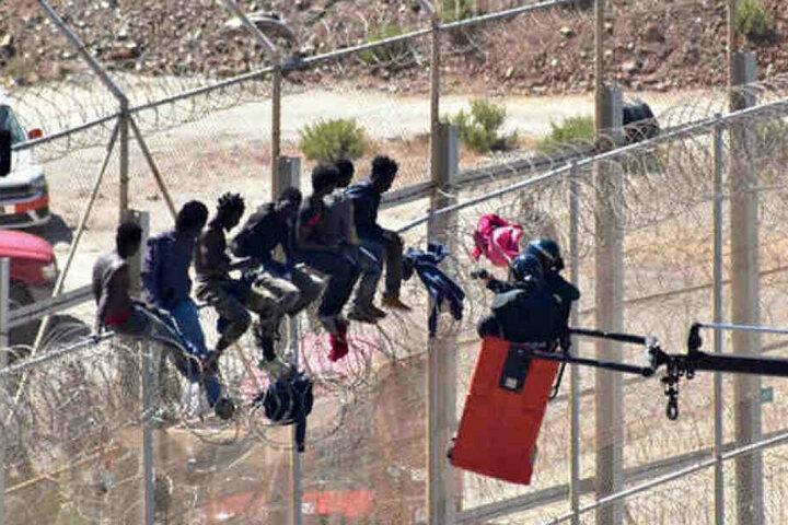 Beim Ansturm seien am frühen Morgen vier spanische Grenzpolizisten sowie ein Migrant verletzt worden.
