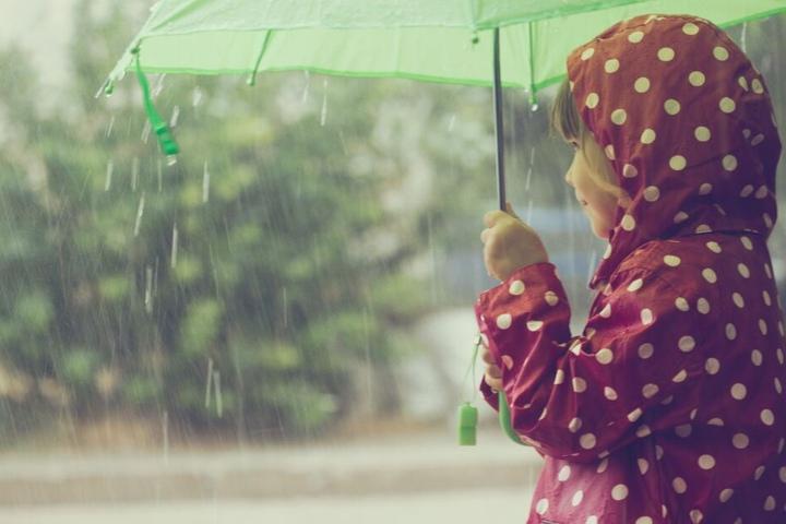 Ihr solltet am Wochenende nur mit einem Regenschirm vor die Tür gehen.