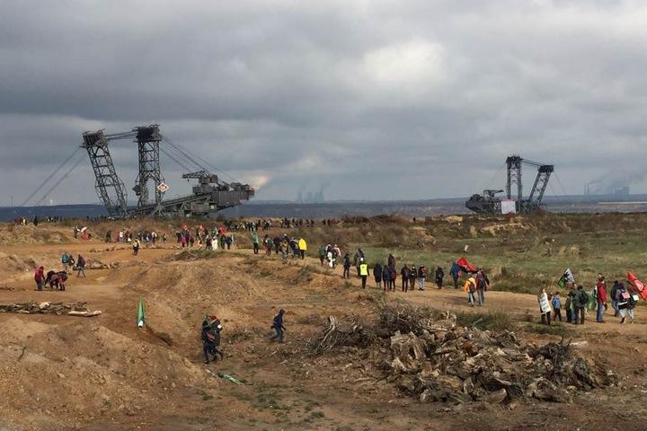 Aktivisten rannten über das RWE-Gelände im Rheinischen Revier.