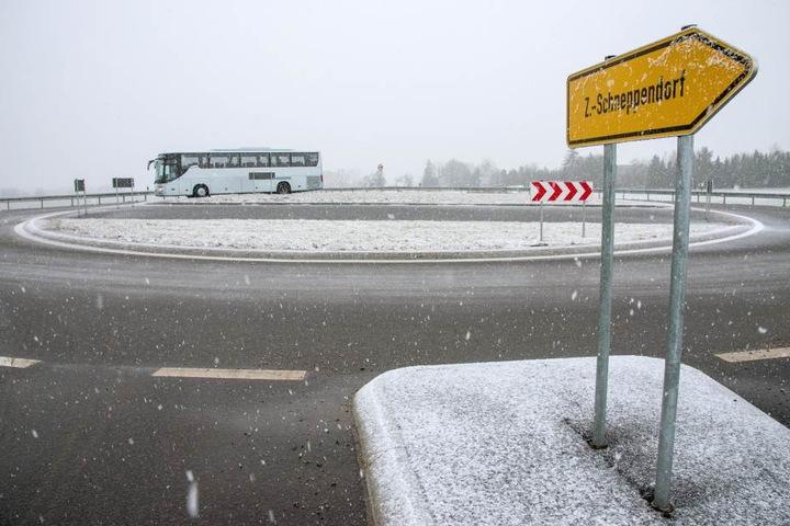 Der Kreisverkehr ist noch nicht in den Navi-Systemen verzeichnet, deshalb fahren viele Brummi-Fahrer Richtung Schneppendorf ab. Da wird's aber mächtig eng.