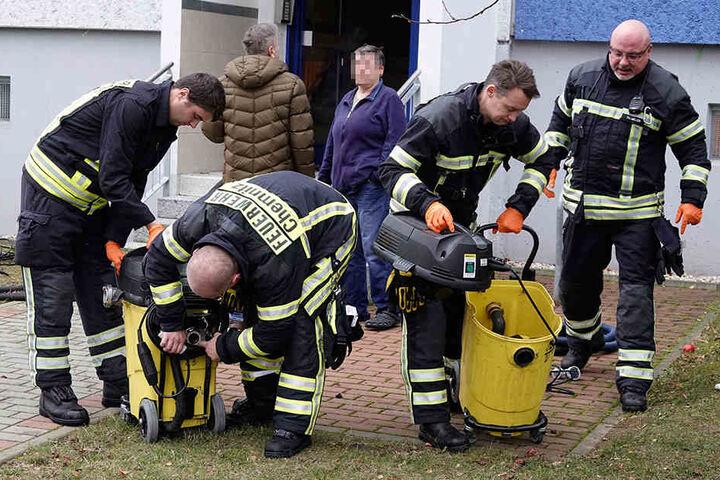 24. November 2018: Feuerwehrleute sind im Einsatz, um die Überschwemmung in der Wohnung in den Griff zu bekommen.