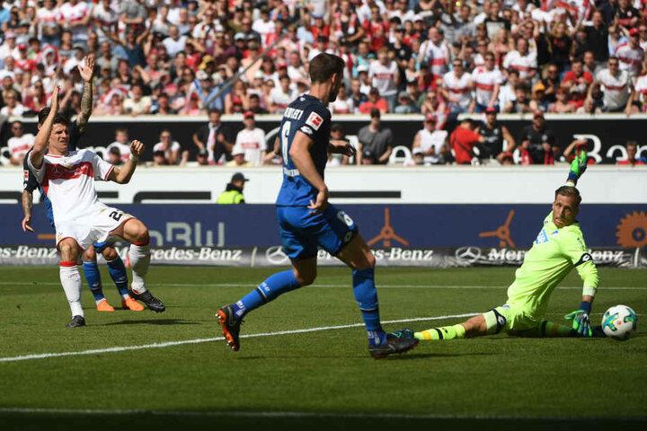 Tor! Mario Gomez (l.) trifft für den VfB Stuttgart in der Partie gegen die TSG 1899 Hoffenheim. Keeper Oliver Baumann (r.) und Havard Nordtveit haben keine Abwehrchance.