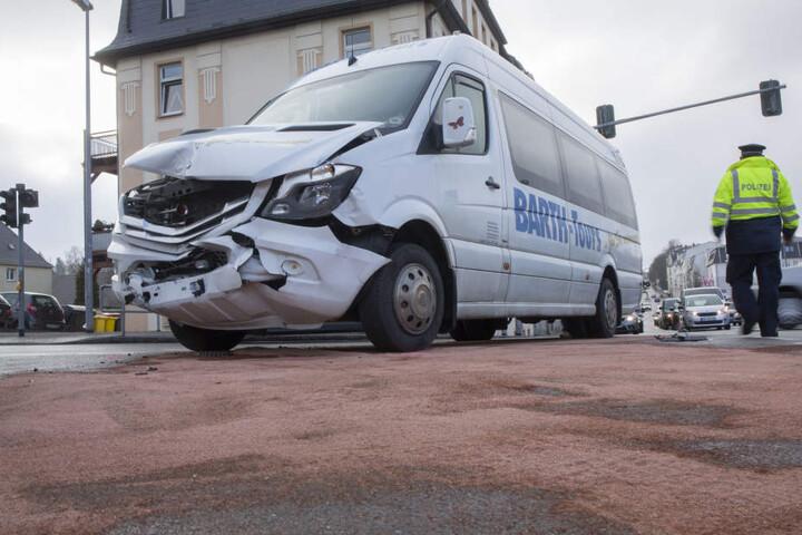 Der Kleinbus war frontal in den Renault gefahren.