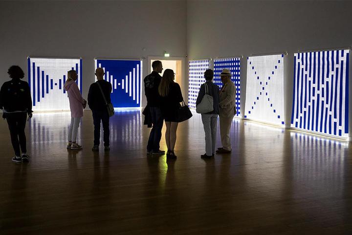 Daniel Buren brachte den Lulatsch des HKW Nord zum Leuchten. Was der Künstler noch so macht, zeigen die Kunstsammlungen.