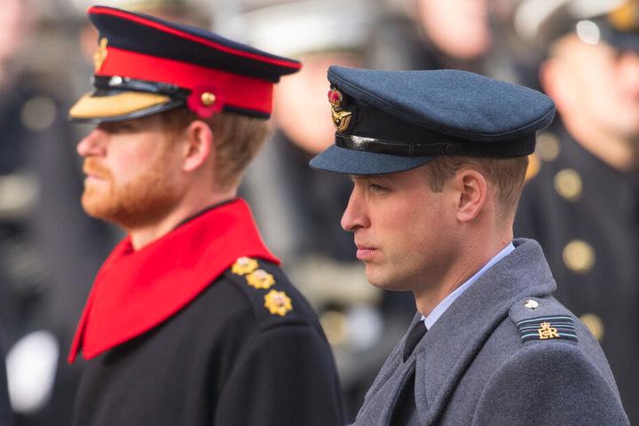 Prinz Harry (li.) wird in Zukunft auch keine Aufgaben für das Militär übernehmen, in Uniform wird er deshalb wohl nicht mehr zu sehen sein. Das Verhältnis zu seinem Bruder, Prinz William (37, re.), sei indes derzeit eher angespannt
