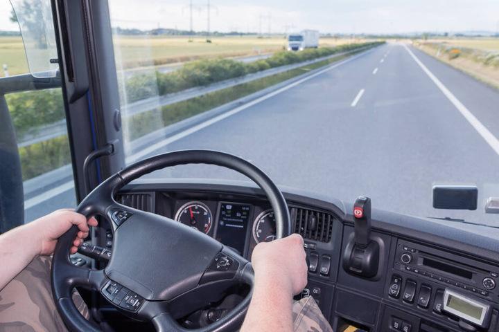 Erst als er seine Fahrt fortsetzen wollte, erkannte der Lkw-Fahrer den entstandenen Schaden. (Symbolbild)