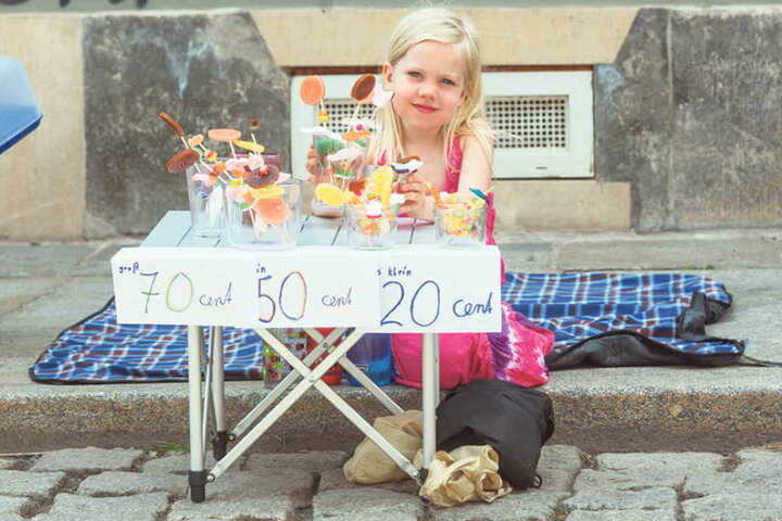 Lia (5) verkauft auf der Schönfelder Straße Lutscher.