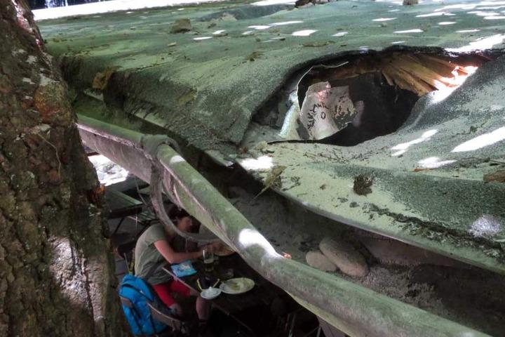 Auch das Dach hat etwas abgekommen und musste geflickt werden.