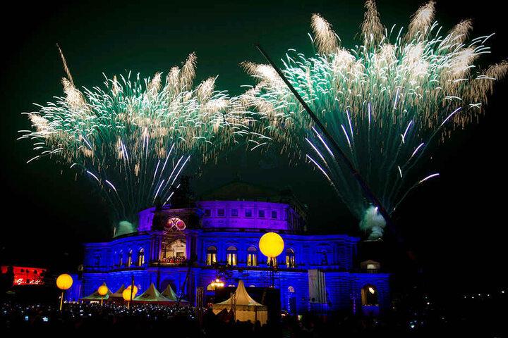 Gigantisches Feuerwerk vor der Semperoper.
