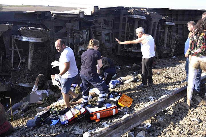 Die Gegend um den Unglücksort soll sehr schlammig gewesen sein. Helfer suchen nach verletzten Personen. Die Unfallursache ist unklar.