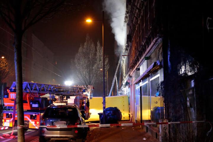 Die Bewohner der oberen Etagen retteten sich teilweise durch einen beherzten Sprung auf das Sprungkissen der Feuerwehr aus dem qualmenden Haus.