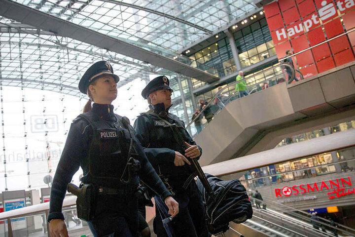 Immer im Einsatz: Beamte der Bundespolizei patrouillieren in Berlin Hauptbahnhof mit Maschinenpistolen. (Symbolbild)