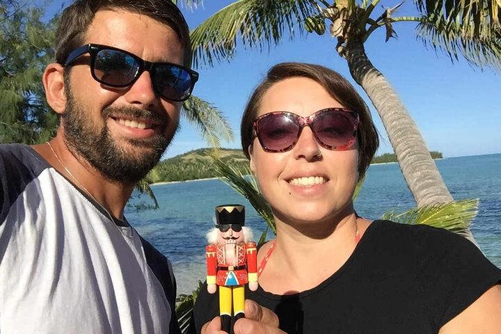 Bodyguards und Reiseführer: Die Erzgebirgler Ronny Hoyer und Peggy Buschbeck  reisen mit dem Nussknacker aus  Seiffen um die Welt. Der tapfere kleine Kerl geht dabei durch viele Hände.
