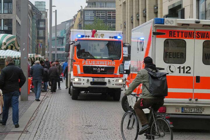 Die Kameraden der Feuerwehr evakuierten die Mitarbeiter und klemmten die defekte Leitung ab.