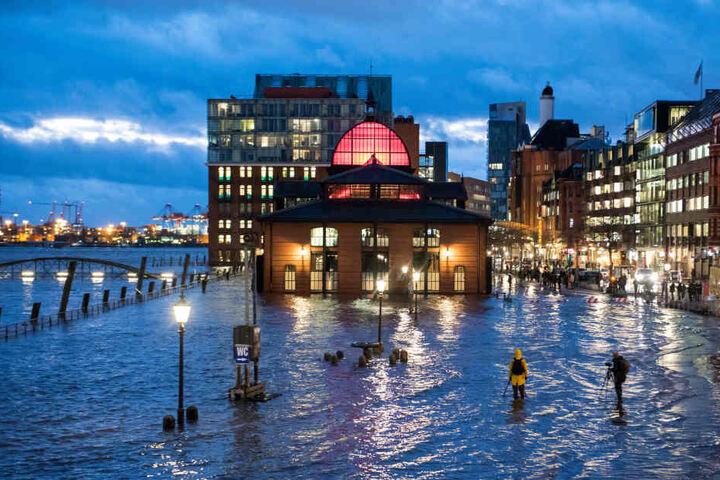 """Der Fischmarkt in Hamburg steht während einer Sturmflut unter Wasser. Tief """"Benjamin"""" lässt das Wasser über die Ufer treten."""