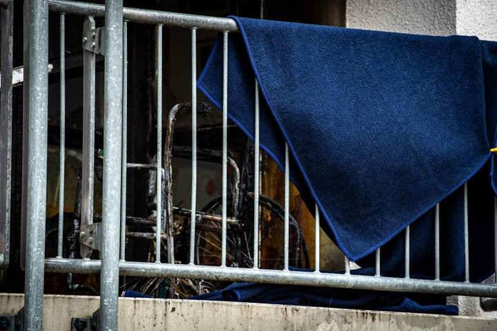 An dem Balkon eines Altenheims in Erding sind Rußspuren nach einem Feuer zu sehen. Eine 99 Jahre alte Bewohnerin verbrannte in ihrem Rollstuhl.