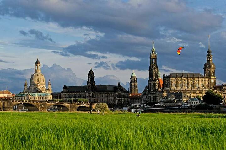 """In Dresden werden vor allem die Gemäldegalerie """"Alte Meister"""" und die Semperoper empfohlen. Die Nähe zu Berlin und Prag betont das Magazin ebenfalls."""