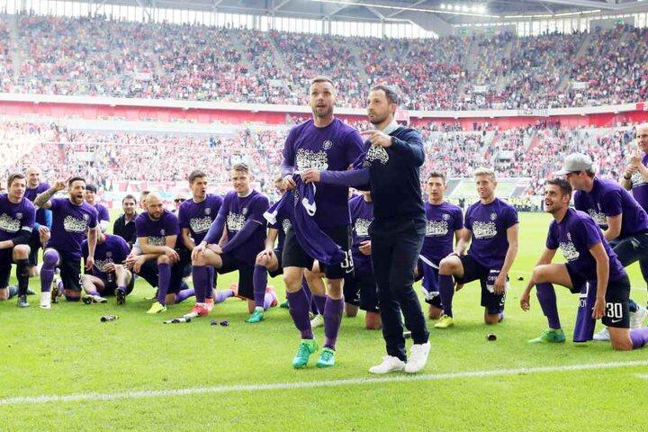 Christian Tiffert (li.) und Ex-Aue-Coach Domenico Tedesco feiern 2017 die Rettung des FCE.