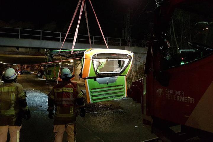 Mit einem Kran konnte das Dach geborgen und anschließend der Bus herausgezogen werden.